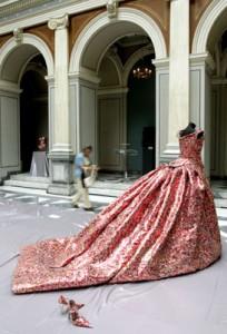 Nikos Floros: mākslinieks tērpiem no alus bundžas jeb skārdenes